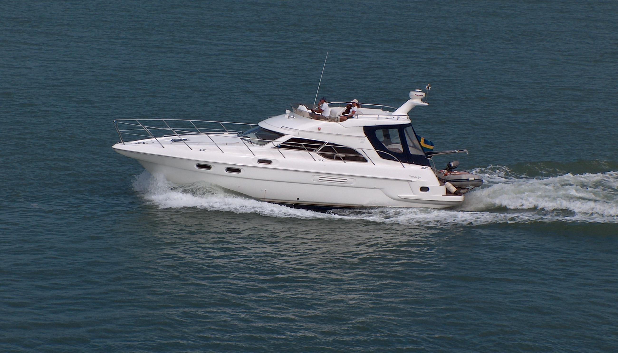 Motoryacht auf dem Wasser